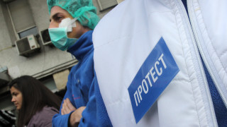 102 медицински сестри символично протестираха в Хасково