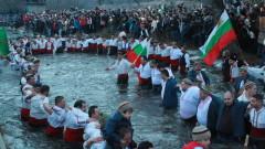 Стотици извиха мъжко хоро в ледените води на Тунджа в Калофер