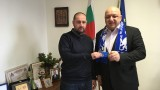 Министър Кралев получи членска карта на официалния фенклуб на Челси в България