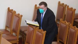 Здравният министър скастри депутатите, че не носят предпазни маски