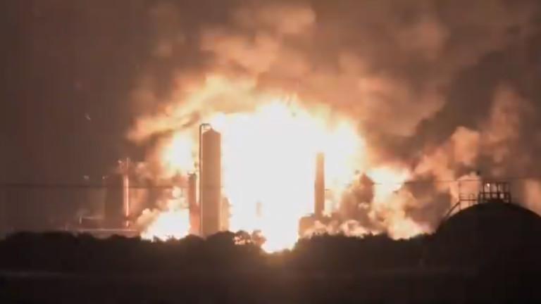 Големи експлозии и пожар в петролна рафинерия на източния бряг на САЩ