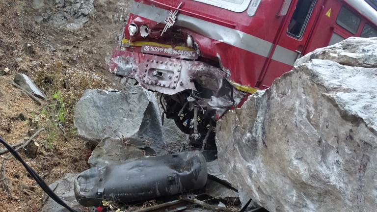 61516aa93f1 Влакът Варна-София се блъсна в скали край Пловдив - News.bg