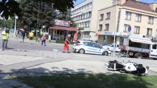 Моторист е с опасност за живота след катастрофа с градски автобус в София