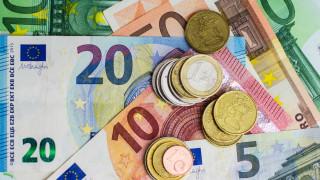 Еврото пада. Опасения, че ЕС влиза в цикъл на слаб икономически растеж
