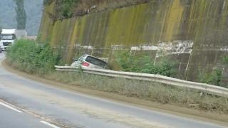 Кола се заклещи между мантинела и подпорна стена до с. Железница, Симитли