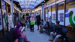 Индонезия налага двуседмична коронавирус забрана за взлизане в страната