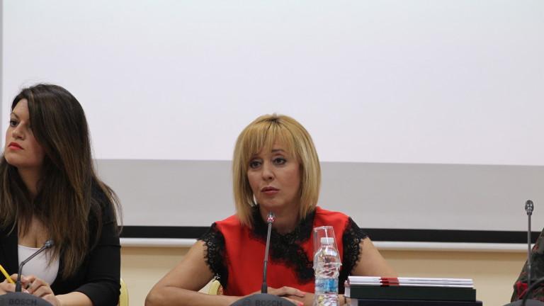 Вестниците във вторник съобщават, че омбудсманът Мая Манолова се ангажира