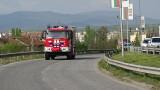 Огнеборци пострадаха, след като пожарна пропадна в дере около Куклен