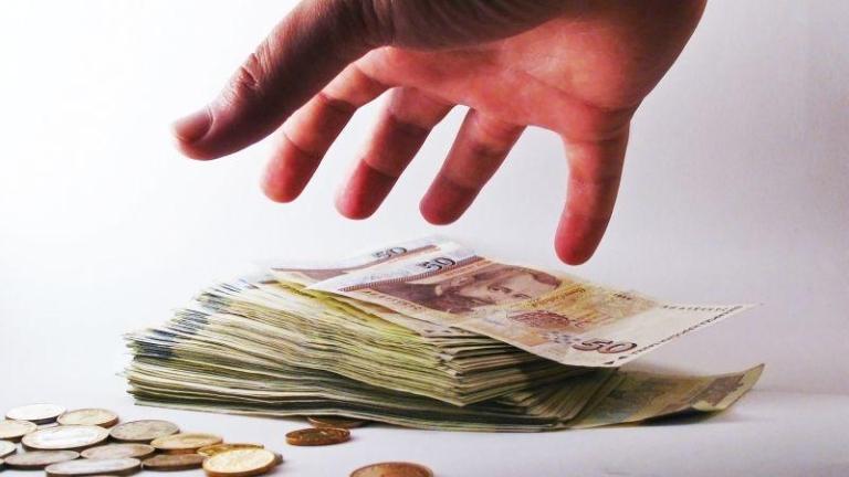 Мъж и жена подхвърлиха 350 лева подкуп на полицаи