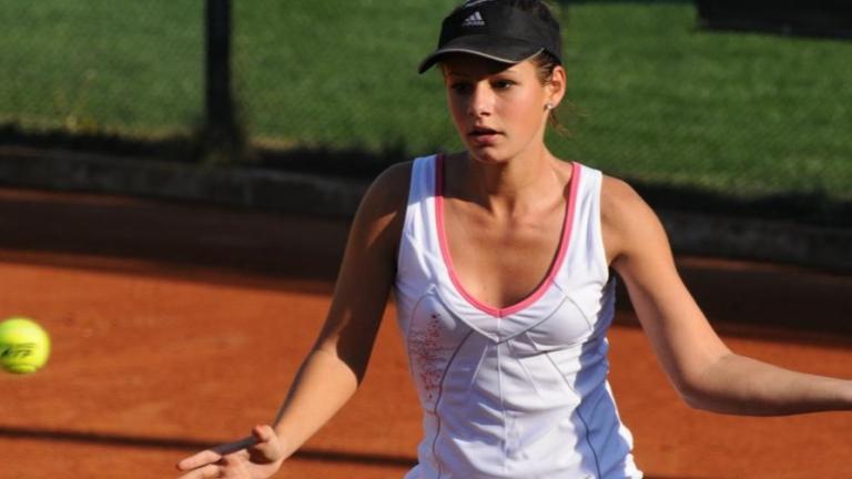 Българската тенисистка Юлия Стаматова и нейната партньорка на корта израелкатаВлада