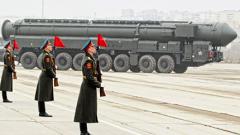 """Русия изстреля междуконтинентална балистична ракета """"Топол"""""""