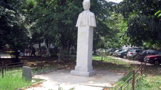 На Илинден счупиха паметна плоча на братя Миладинови в София