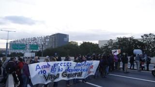 Протестиращи блокират пътищата в Каталуния с всеобща стачка