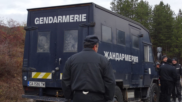 С мащабна акцияполиция, жандармерия и барети издирват избягалия преди дни