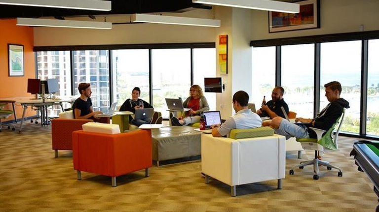 Всеки петък служителите на компанията се събират и разпускат заедно за 1 час