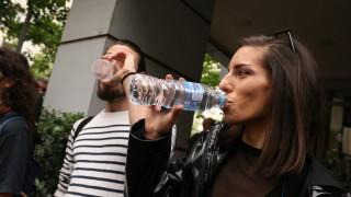 Артисти на свободна практика пиха по една студена вода в знак на протест пред МК