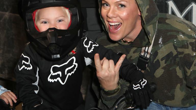 Певицата Пинк и синът са заразени с коронавирус, съобщи АП.