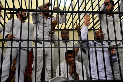 """Смъртни присъди за 183 поддръжници на """"Мюсюлмански братя"""" в Египет"""