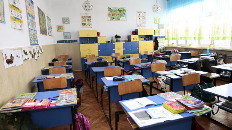 Учителската заплата става 920 лева. Колко е тя в другите страни по света?