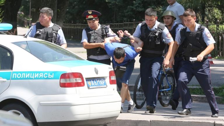 Полицията в най-големия град в Казахстан Алмати задържа десетки антиправителствени