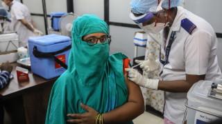 Защо за страната най-голям производител на ваксини в света няма достатъчно... ваксини?