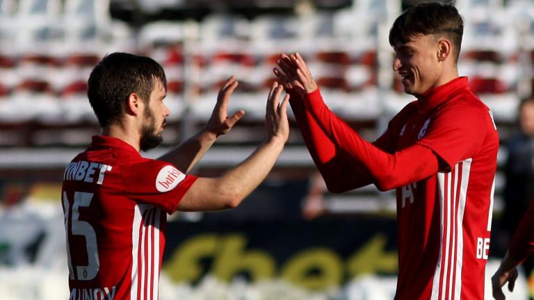 Двама футболисти на ЦСКА тренират в гараж