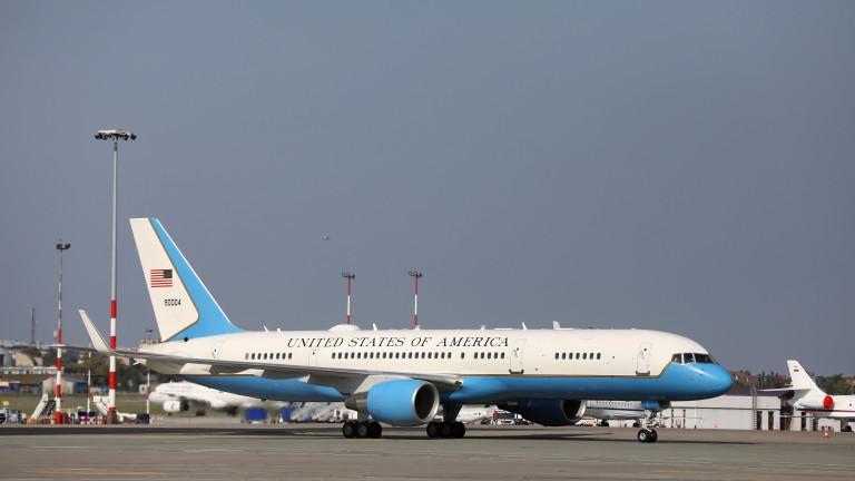 Самолетът на вицепрезидента на САЩ кацна извънредно след удар с птица