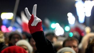 Десетки хиляди поляци с демонстрация в подкрепа на свободата и демокрацията