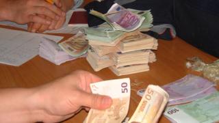 Хващат двама при опит да изнесат 20 000 фалшиви евро