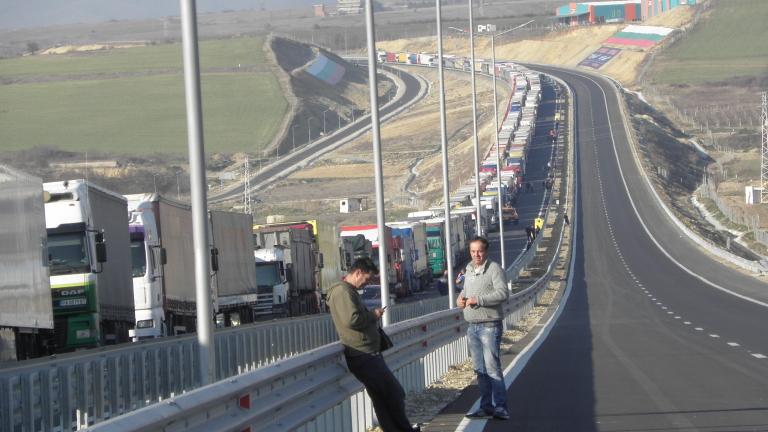 """Шофьори чакат на """"Маказа"""" три часа за влизане в Гърция"""