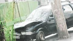 Шофьор заби колата си в училищна ограда