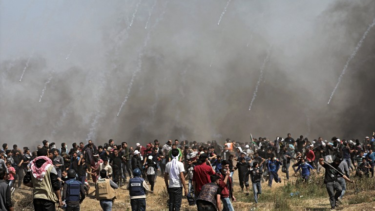 Израел убива и ранява хиляди палестинци до оградата с Газа