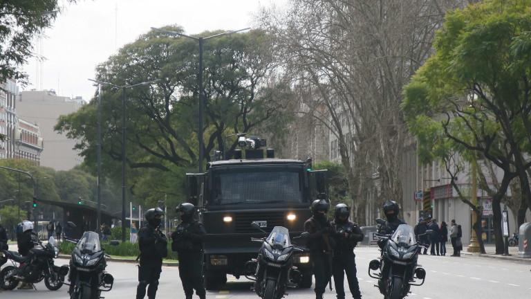 Аржентинската полиция е арестувала 12 души за тероризъм, предаде АП.