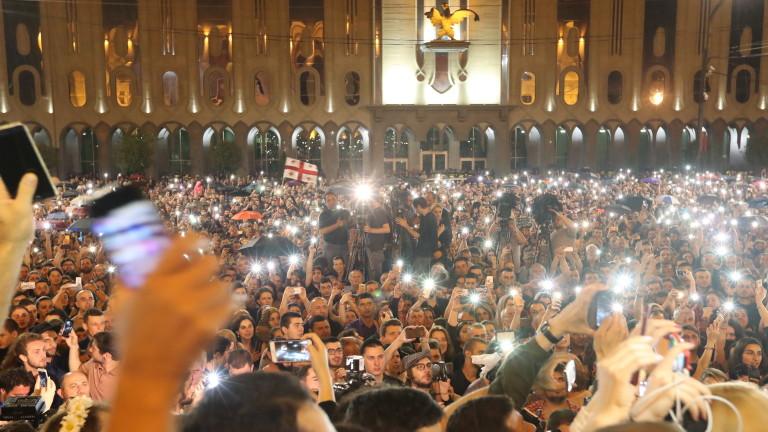 Хиляди протестиращи се събраха пред парламента на Грузия с искане