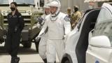 Tesla Model X вози астронавти към стартовата площадка
