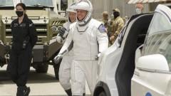 Tesla Model X вози астронавти към стартовата прощадка