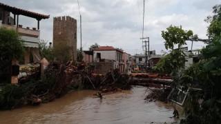 Двама възрастни и бебе са загинали в буря и наводнения на гръцкия остров Евия