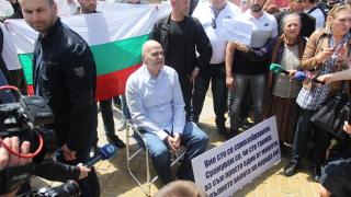 Слави спря протеста, но наблюдава депутатите още 2 месеца
