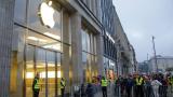 Акциите на Apple паднаха под $100. А сега накъде?