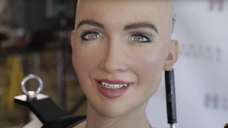 Роботът София проходи