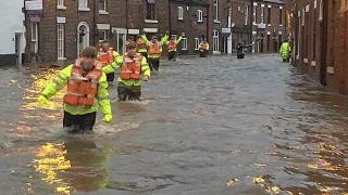 Евакуации заради наводнения на Острова, хиляди без ток