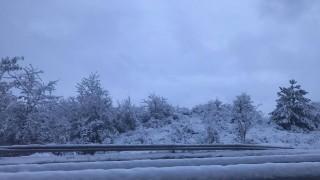 Затворени пътища заради сняг и вятър
