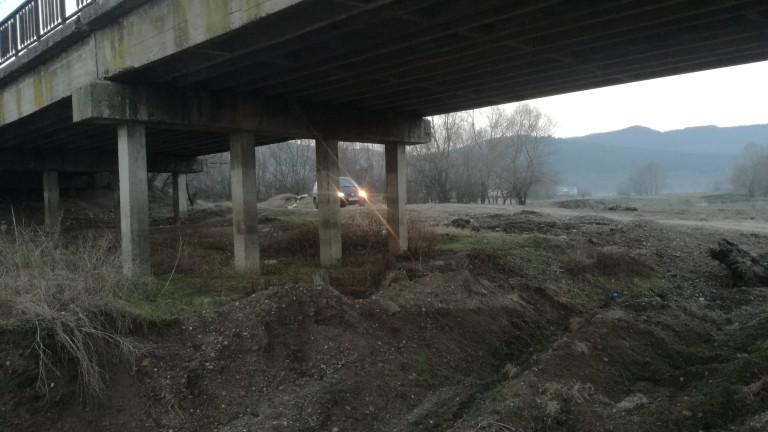Снимка: АПИ проверява за други сметища под мостове заради пожара край Дупница