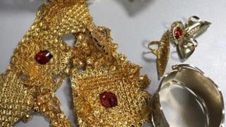 Близо килограм златни бижута заловиха митничари
