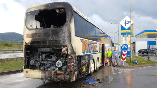 """Пътнически автобус се запали на АМ """"Хемус"""""""
