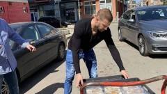 Кирил Динчев помогна за раздаването на 160 пакета храна