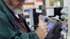 Евродепутатите ограничиха таксите за ползване на банкови карти