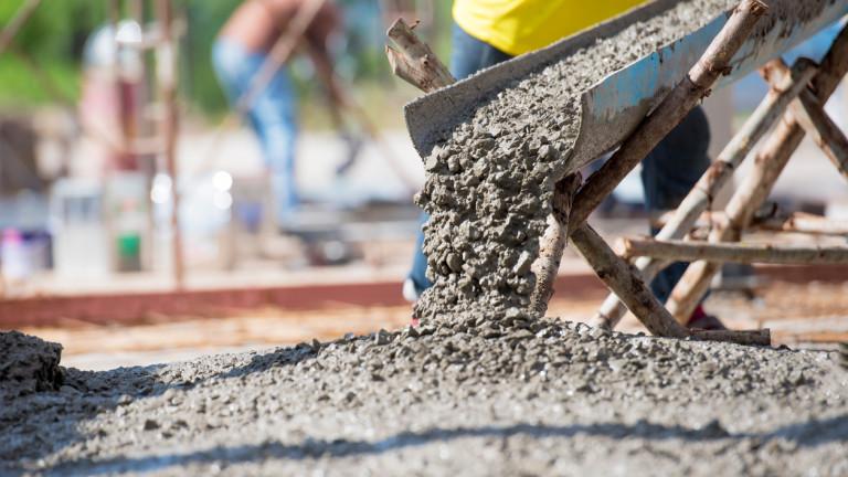 """Строители изляха тонове бетон върху дървета край АМ """"Хемус"""""""