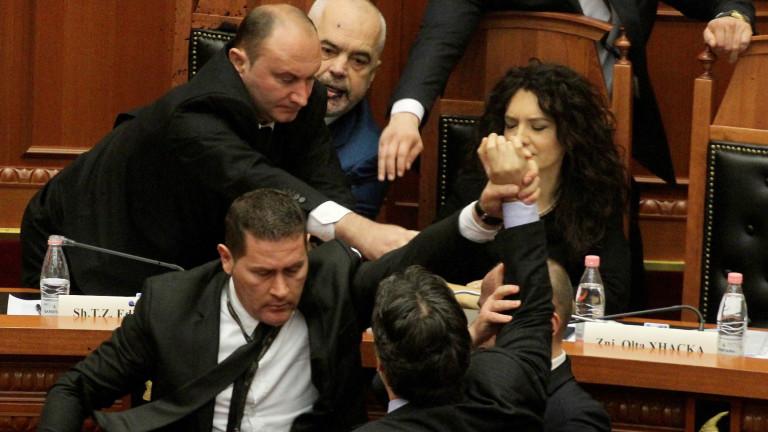 ЕС и САЩ предупредиха албанските опозиционни партии срещу насилието по