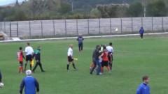 Треньор, президент и 20 фена скочиха да бият Зелето на юношески мач
